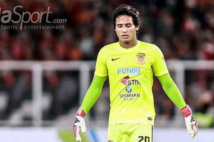 Ekspresi kiper Borneo FC, Muhammad Ridho, saat tampil melawan Persija Jakarta dalam laga pekan keempat Liga 1 2018 di Stadion Utama Gelora Bung Karno, Sabtu (14/4/2018) malam.