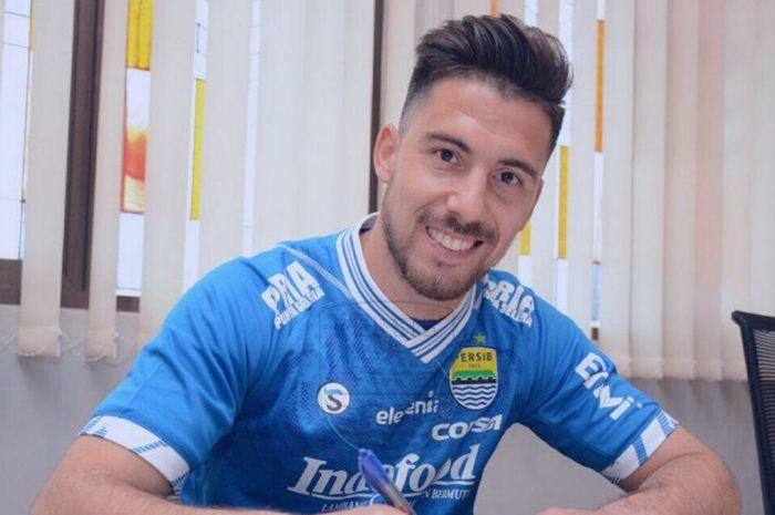Striker asal Argentina, Jonathan Bauman saat menandatangani kontrak kerja dengan Persib Bandung di Graha Persib, Jalan Sulanjana, Kota Bandung, Sabtu (17/3/2018).