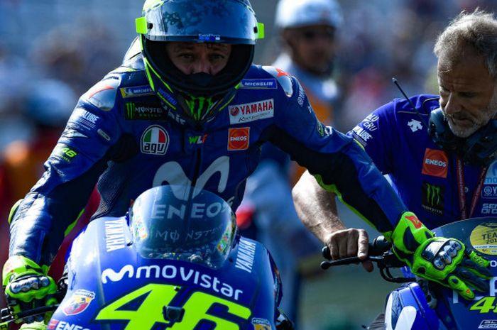 Valentino Rossi mendorong motor Yamaha M1 miliknya usai mengalami masalah teknis saat FP1 MotoGP Austria.