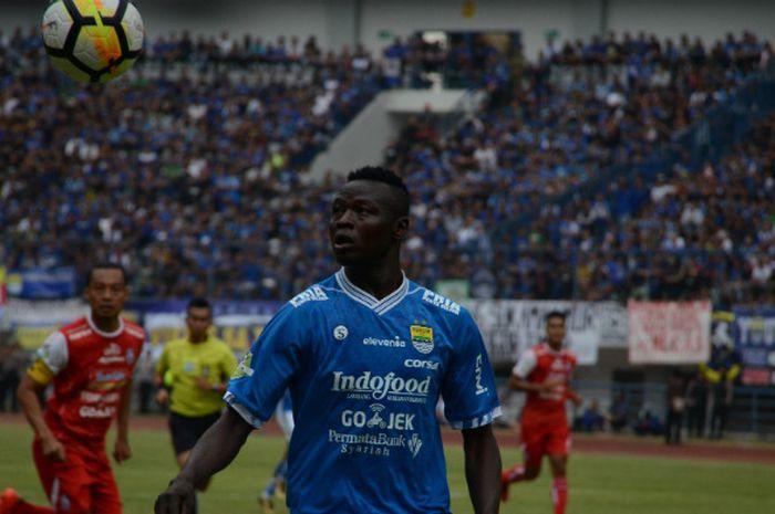 Striker Persib Bandung yang juga kapten Timnas Chad, Ezechiel N'Douassel saat melawan Arema di Stadion Gelora Bandung Lautan Api  (GBLA), Bandung.