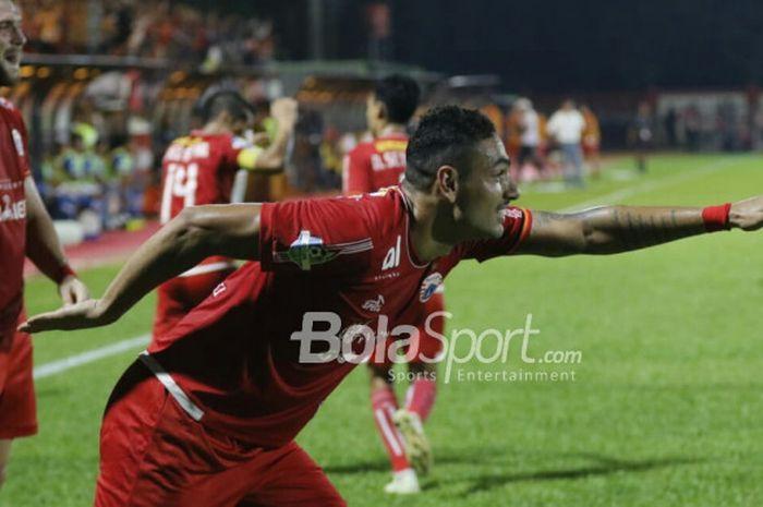 Bek Persija Jakarta, Jaimerson da Silva, merayakan gol ke gawang Persib Bandung di Stadion PTIK, Jakarta, Sabtu (30/6/2018).