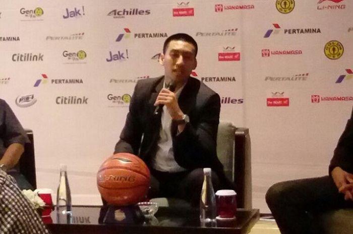Pemain bintang Satria Muda Pertamina Jakarta, Christian Ronaldo Sitepu, berbicara dalam acara perpanjangan kontrak di Jakarta, Sabtu (14/10/2017).