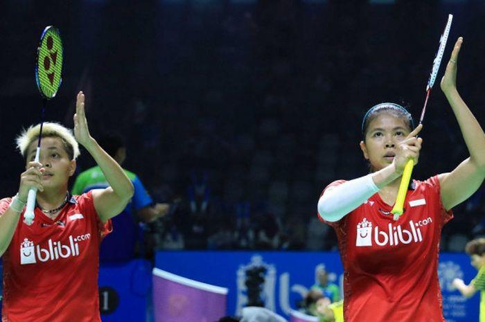Pasangan ganda putri Indonesia, Greysia Polii/Apriyani Rahayu, melakukan selebrasi setelah memenangi laga babak kesatu turnamen Indonesia Open 2018 di Istora Senayan, Jakarta, Selasa (3/7/2018).