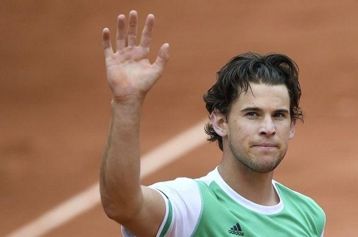 Petenis Austria, Dominic Thiem, melambaikan tangan seusai laga kontra petenis Serbia, Novak Djokovic, pada laga perempat final Perancis Terbuka (Roland Garros) di Paris, Rabu (7/6/2017).