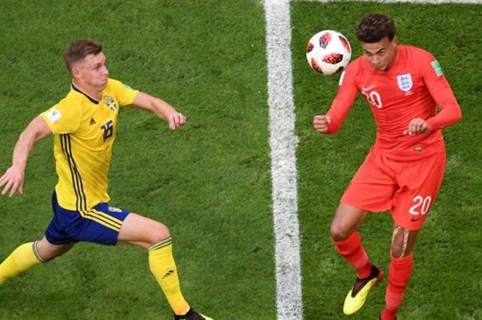Dele Alli (kanan) menyundul bola untuk mencetak gol kedua Inggris ke gawang Swedia dalam partai perempat final Piala Dunia 2018 di Samara Arena, 7 Juli 2018.