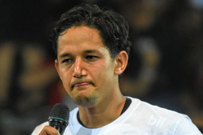 Irfan Bachdim di atas panggung perayaan kemenangan Serdadu Tridatu dipenghujung kompetisi Li