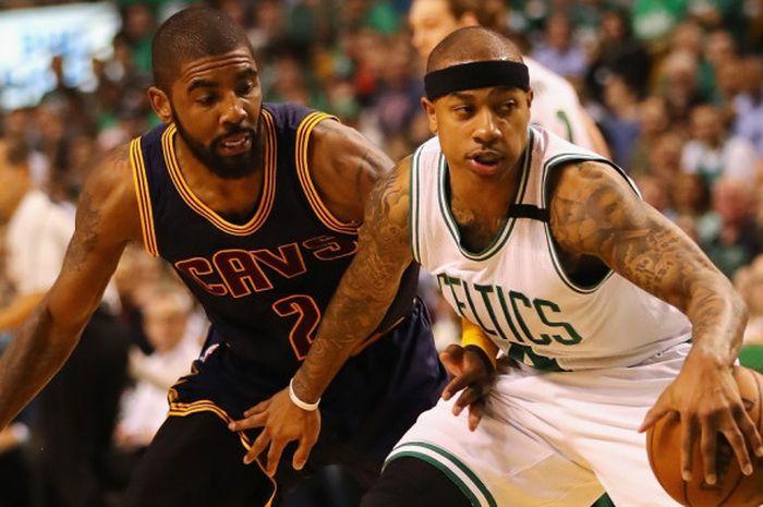 Point guard Boston Celtics, Isaiah Thomas (jersey putih, #4), mendribel bola seraya dijaga pemain Cleveland Cavaliers, Kyrie Irving, pada gim kesatu seri final Wilayah Timur di TD Garden, Boston, Massachusetts, Amerika Serikat (AS), 17 Mei 2017.