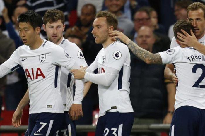 Para pemain Tottenham Hotspur merayakan gol Harry Kane (kanan) ke gawang Newcastle United dalam partai Liga Inggris di Stadion Wembleuy, London, 8 Mei 2018.