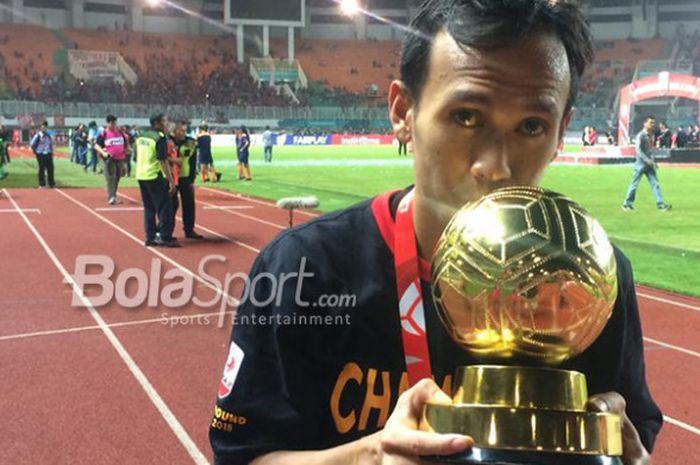 Gelandang serang PSS Sleman, Ichsan Pratama, berpose dengan trofi Pemain Terbaik Liga 2 2018 yang diraihnya usai pertandingan final melawan Semen Padang di Stadion Pakansari, Kabupaten Bogor, Selasa (4/12/2018).