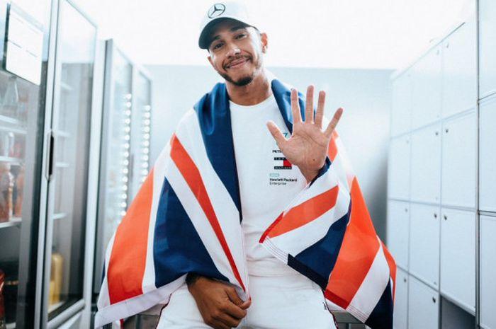Lewis Hamilton (Mercedes) menunjukkan salam lima jari usai memastikan diri meraih gelar juara dunia F1 untuk kali kelima berkat hasil yang diraihnya dalam F1 GP Meksiko 2018.