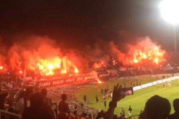 Suasana tribune utara Stadion Kapten I Wayan Dipta di Gianyar saat Bali United menjamu Persija untuk pekan ke-33 Liga 1 2018, 2 Desember 2018.