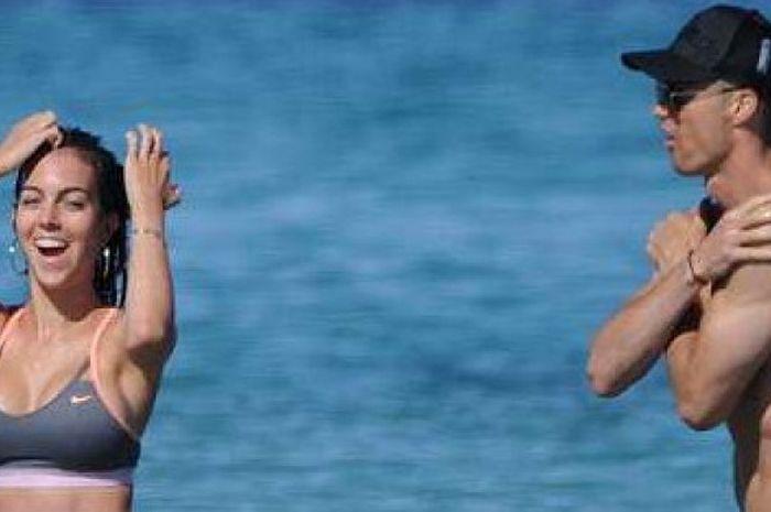 Cristiano Ronaldo dan Georgina Rodriguez berlibur di Ibiza.