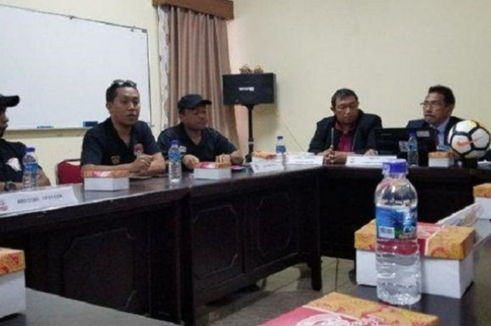 Suasana rapat jelang laga Liga 2 fase 8 besar antara tuan rumah Semen Padang kontra Kalteng Putra di Kota Padang, 17 November 2018.
