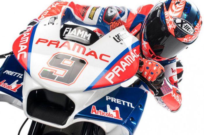 Pebalap Pramac Racing, Danilo Petrucci, berpose bersama  tampilan motor baru yang digunakan di MotoGP 2018.
