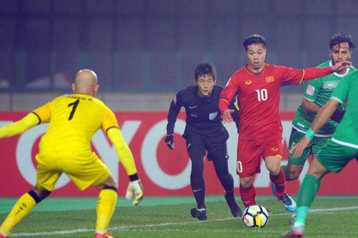 Pemain timnas U-23 Vietnam, Nguyen Cong Phuong saat menerobos lini pertahanan timnas U-23 Irak.