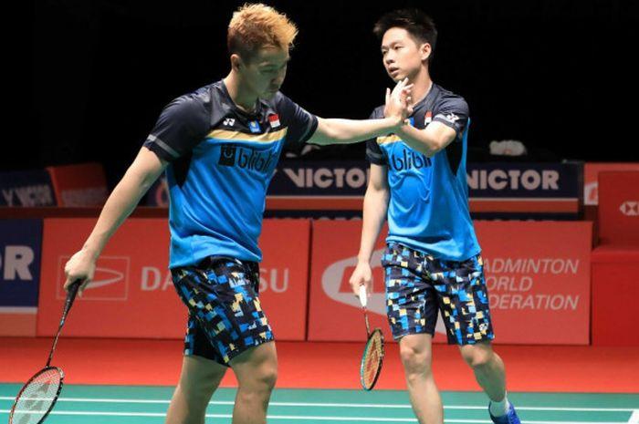 Pasangan ganda putra nasional Indonesia, Marcus Fernaldi Gideon/Kevin Sanjaya Sukamuljo, melakukan s