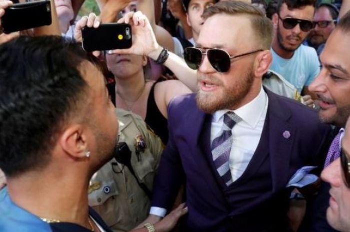 Foto perdebatan antara Conor McGregor dengan Paulie Malignaggi yang tersebar di berbagai media sosial.