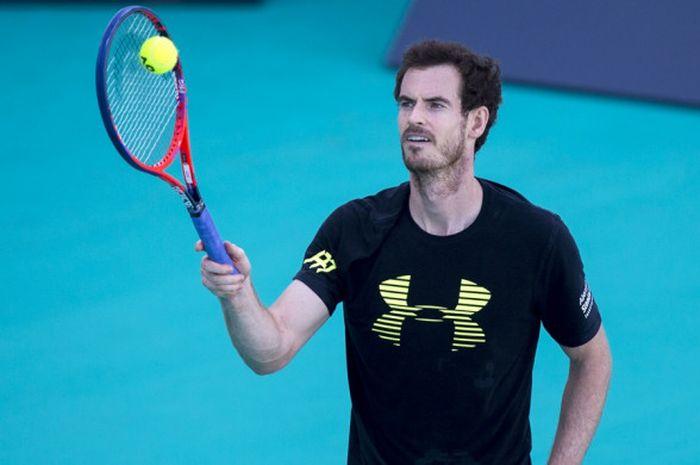 Petenis putra asal Inggris Raya, Andy Murray, menjalani sesi latihan di Abu Dhabi, Jumat (29/12/2017) untuk mempersiapkan diri menghadapi turnamen Australia Terbuka 2018.