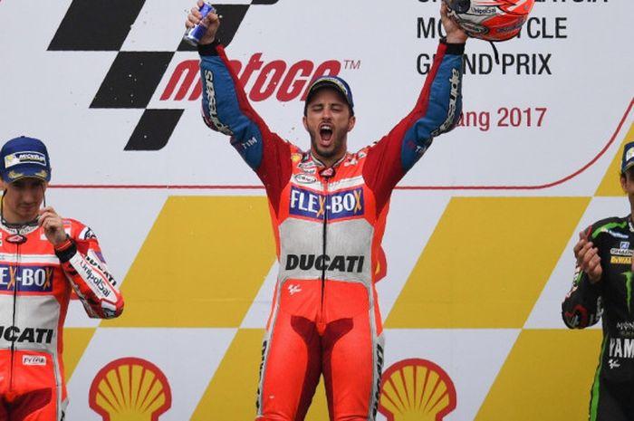 Pebalap MotoGP asal Italia yang membela tim Ducati, Andrea Dovizioso (tengah), melakukan selebrasi di atas podium setelah memenangi balapan GP Malaysia di Sirkuit Internasional Sepang, Minggu (29/10/2017).