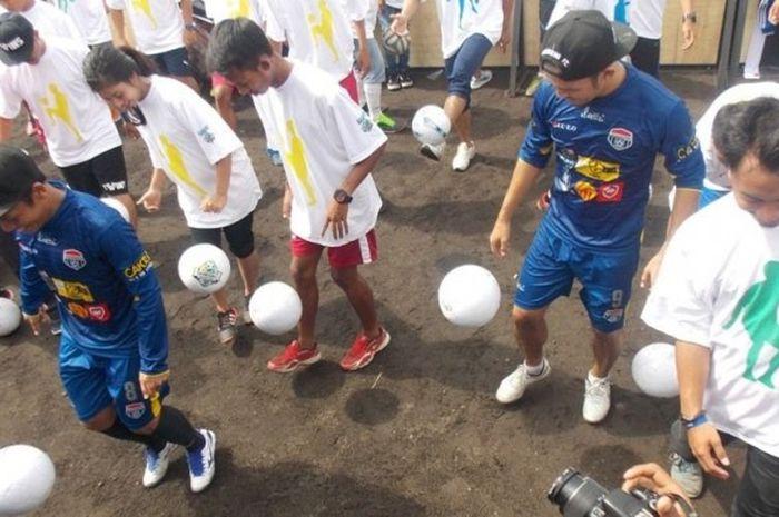 Eka Ramdani dan Airlangga Sucipto berpartisipasi dalam acara juggling massal di Bandung, Minggu (13/