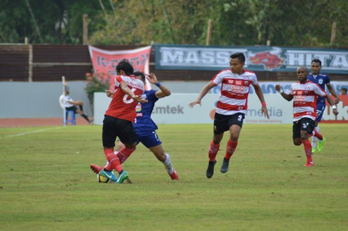 Madura United saat menghadapi PSIS Semarang di Stadion Moch Soebroto, Kamis (12/7/2018) sore WIB.
