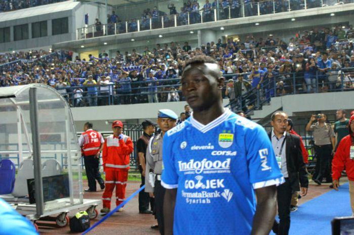 Ezechiel NDouassel berjalan memasuki Gelora Bandung Lautan Api saat Persib menjamu Borneo FC (21/4/2