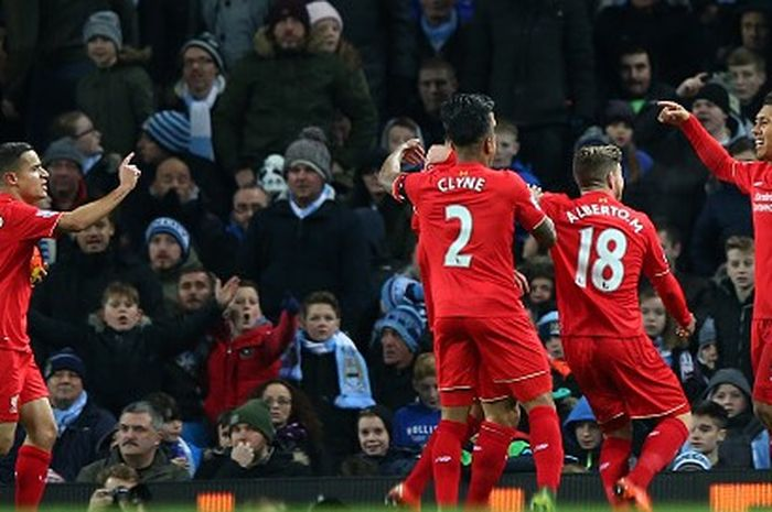 Philippe Coutinho dan para pemain Liverpool merayakan gol Roberto Firmino kala melawan Manchester City.