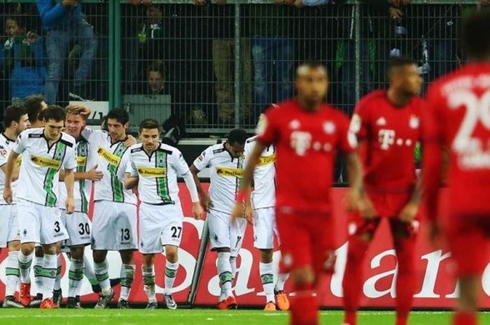 Para pemain  Borussia Moenchengladbach merayakan gol Lars Stindl ke gawang Bayern Muenchen pada lanjutan Bundesliga di Stadion Borussia Park, Sabtu (5/12/2015).