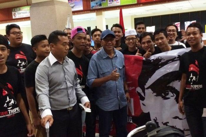 Pelatih Rahmad Darmawan berfoto dengan suporter T-Team saat tiba di Terengganu, Malaysia, Kamis (3/1