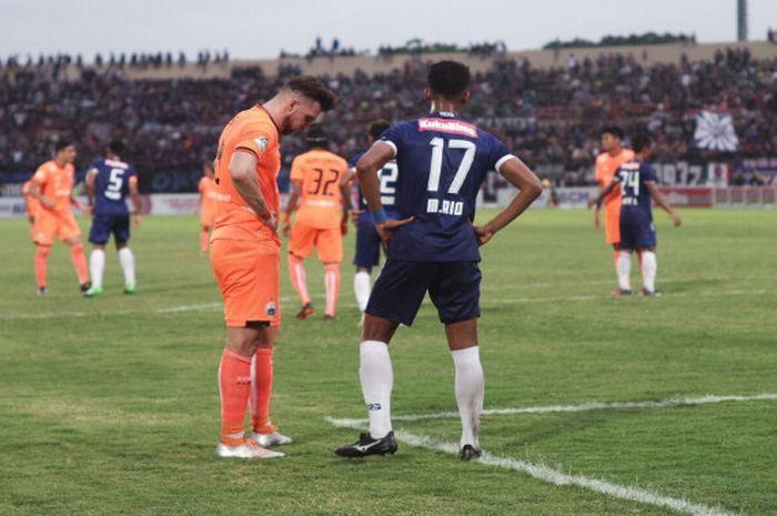 Marko Simic saat berhadapan dengan gelandang PSIS Semarang, Muhammad Rio Saputra,  di Stadion Sultan Agung, Bantul, Jumat (20/4/2018).