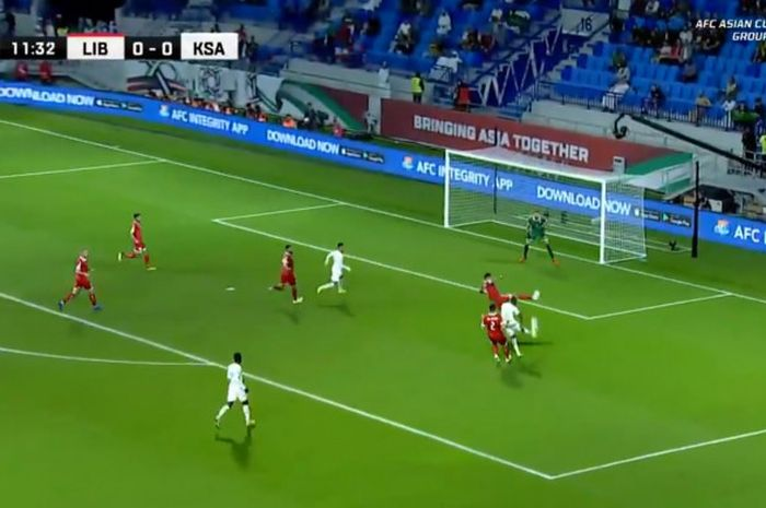 Penyerang timnas Arab Saudi, Fahad Al Muwallad, mencetak gol ke gawang timnas Lebanon dalam laga Grup E Piala Asia 2019 di Stadion Rashid Al-Maktoum, Sabtu (12/1/2019).