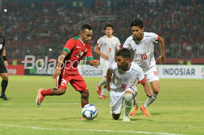 Aksi Todd Rivaldo Ferre dalam laga timnas U-19 Indonesia kontra timnas U-19 Filipina, di Stadion G