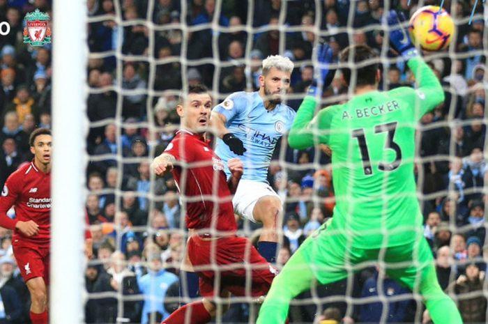 Penyerang Manchester City, Sergio Aguero (kedua dari kanan), mencetak gol ke gawang Liverpool dalam laga Liga Inggris di Stadion Etihad, Manchester pada 3 Januari 2018.