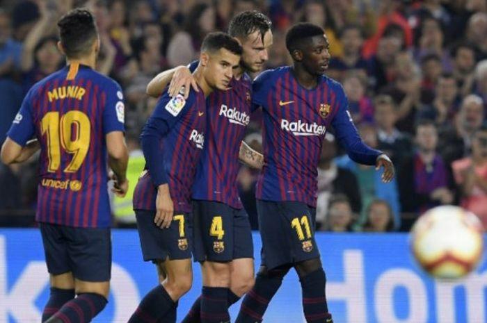 Para pemain Barcelona merayakan gol Ivan Rakitic (dua dari kanan) ke gawang Sevilla dalam partai Liga Spanyol di Camp Nou, 20 Oktober 2018.