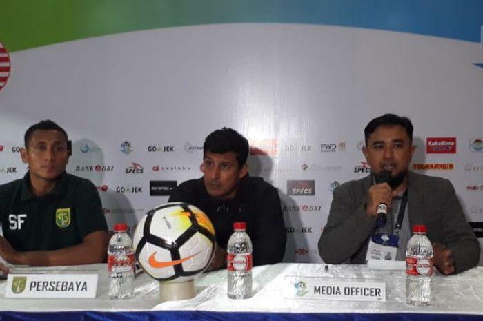 Pelatih Persebaya, Alfredo Vera, bersama dengan Syaifuddin, saat sesi jumpa pers selepas pertandingan melawan Persija Jakarta di Stadion PTIK, Jakarta Selatan, Selasa (26/6/2018).