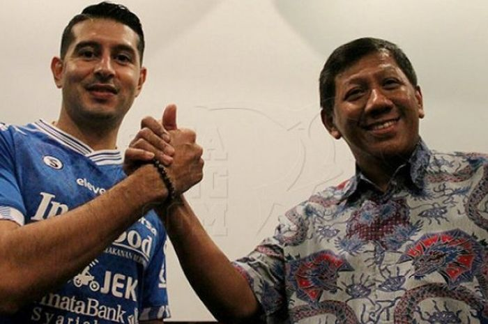 Esteban Vizcarra berpose dengan Komisaris PT Persib Bandung Bermartabat Kuswara S Taryono usai menandatangani kontra setahun di Graha Persib, Kota Bandung, Jumat (18/1/2019).