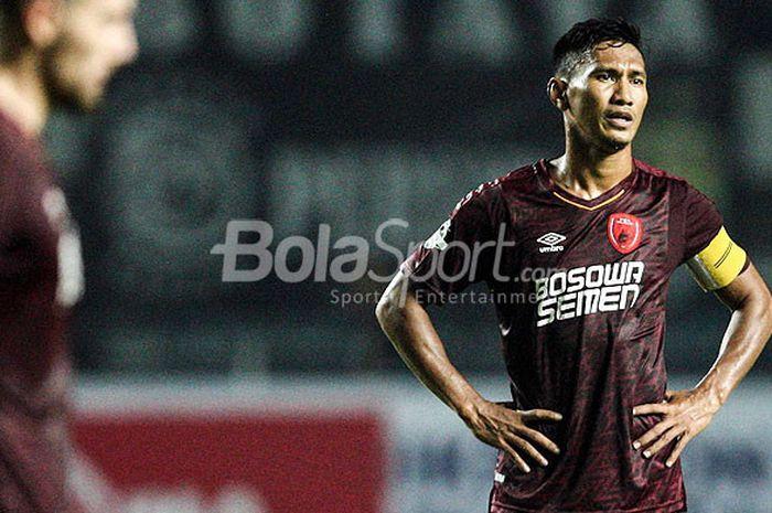 Kapten PSM Makassar, Zulkifli Syukur, saat tampil melawan Persib Bandung pada pekan kesepuluh Liga