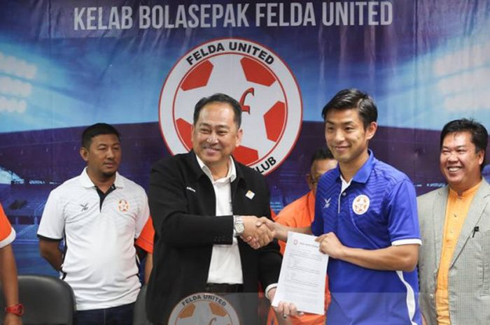 Penyerang asal Jepang, Kei Ikeda (kaus biru) saat penandatangan kontrak dan diperkenalkan klub promosi Liga Super Malaysia 2019, Felda United pada 18 Januari 2019.