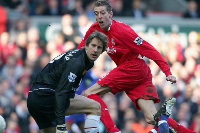 Peter Crouch mencoba mengecoh Edwin van der Sar dalam pertandingan Piala FA antara Liverpool versus