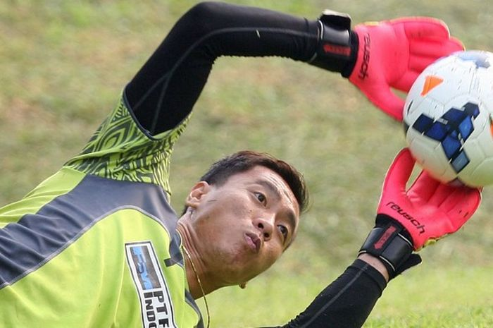 Kiper Persipura, Yoo Jae-hoon, kala mengikuti latihan di Lapangan C, Komplek Stadion Utama Gelora Bu