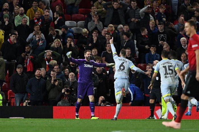 Para pemain Derby County melakukan selebrasi kemenangan setelah sukses mengalahkan Manchester United dalam laga ronde ke-3 Piala Liga Inggris 2018-2019 di Stadion Old Trafford, Manchester, Inggris, pada Selasa (25/9/2018).