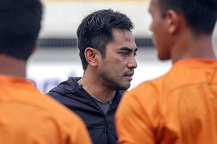 Pelatih PSS Sleman, Seto Nurdiantoro, dalam sesi latihan di Stadion Demang Lehman, Jumat (14/9/201