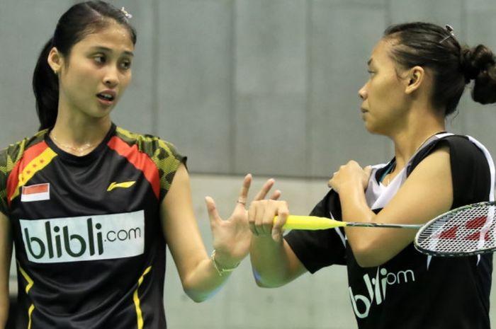 Pasangan ganda putri nasional, Della Destiara Haris (kanan)/Rizki Amelia Pradipta, berdiskusi saat menjalani pertandingan turnamen Vietnam Terbuka 2017.