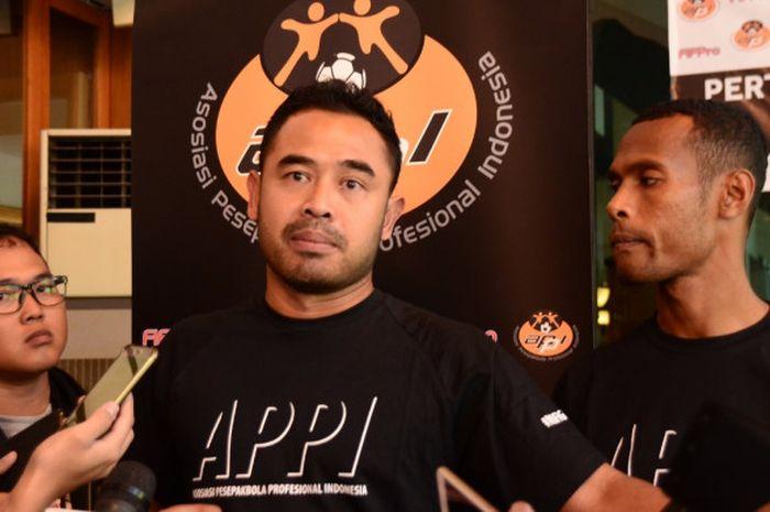 Ponaryo Astaman (tengah) ketika ditemui di sela-sela konferensi pers bertajuk Pertemuan Pesepakbola Indonesia yang berlangsung di Hotel Atlet Century Park, Jakarta, Selasa (25/9/2018).