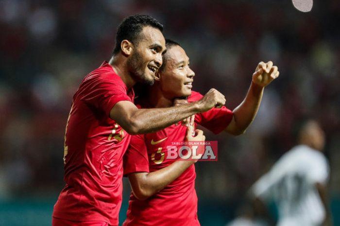 Gelandang timnas Indonesia, Evan Dimas, bersama dengan Rizky Pora, usai mencetak gol ke gawang timnas Mauritius dalam laga uji coba di Stadion Wibawa Mukti, Cikarang, Jawa Barat, Selasa (11/9/2018)