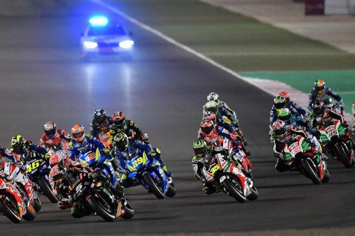 Suasana saat berlangsungnya balapan seri pertama MotoGP Qatar di Sirkuit Losail, Doha, Qatar.
