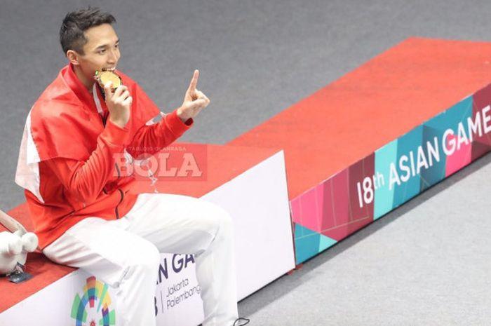 Pebulu tangkis tunggal putra Indonesia, Jonatan Christie, berpose dengan medali emas kategori perorangan Asian Games 2018 di Istora Senayan, Jakarta, Selasa (28/8/2018).