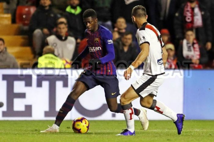 Striker Barcelona, Ousmane Dembele, berduel dengan bek Rayo Vallecano pada laga Liga Spanyol, 3 November 2018.