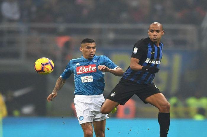 Gelandang Inter Milan, Joao Mario, berduel dengan pemain Napoli, Allan, dalam laga pekan ke-18 Liga Italia, di Stadion Giuseppe Meazza, Milan, Rabu (26/12/2018)