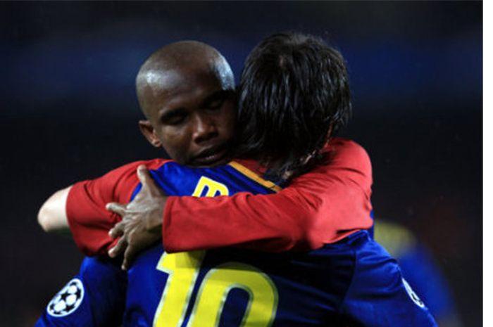 Samuel Eto'o memeluk Lionel Messi kala masih bermain untuk Barcelona